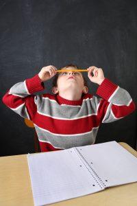 Criança com autismo na sala de aula - ambiente otimizado para o autismo