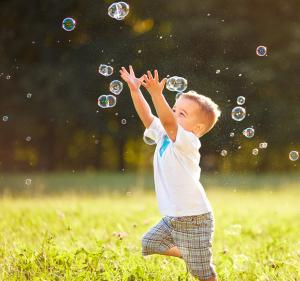 Criança com autismo brincando - tratamento para o autismo