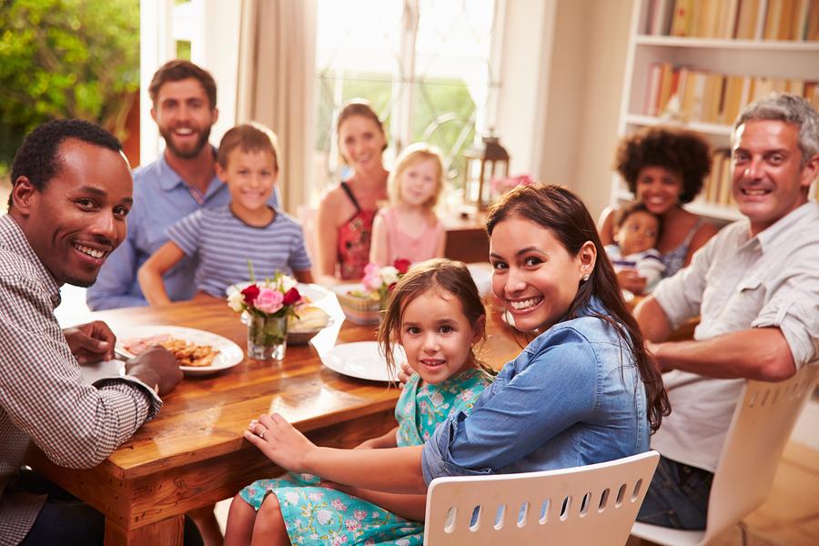 Almoço de família com criança com autismo