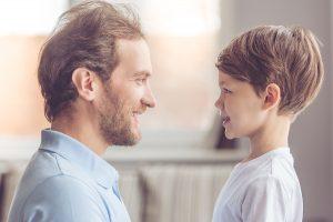 Pai e filho - educação social de crianças com autismo