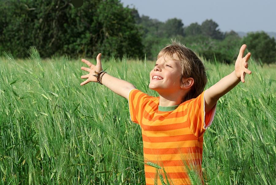 Criança com autismo setindo-se feliz