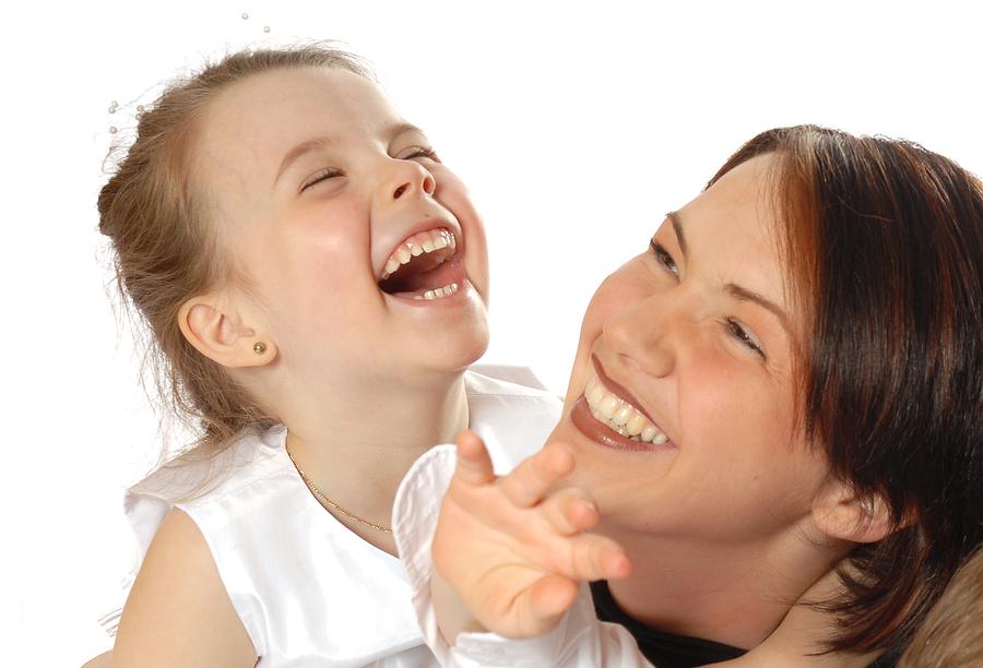Mãe e filha se divertindo - atividades interativas para pessoas com autismo