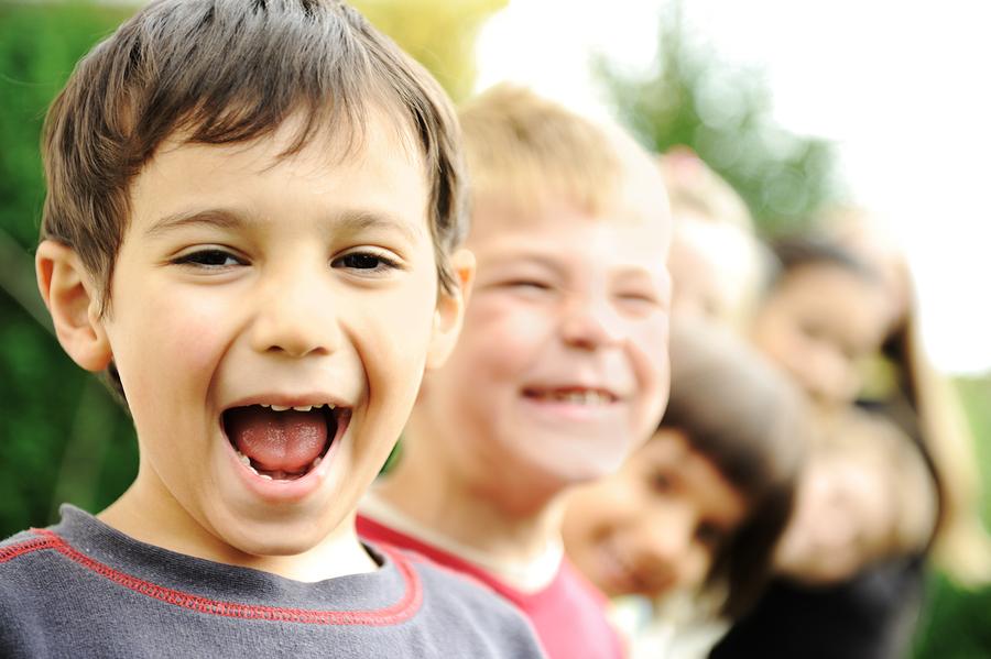 Educação social de crianças com autismo - grupo de crianças interação prazerosa