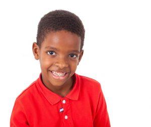 Tratamento para o autismo - menino com autismo - sorridente