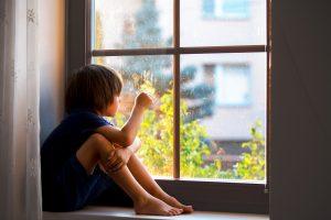 Criança com autismo observando o mundo - ambiente otimizado para o autismo